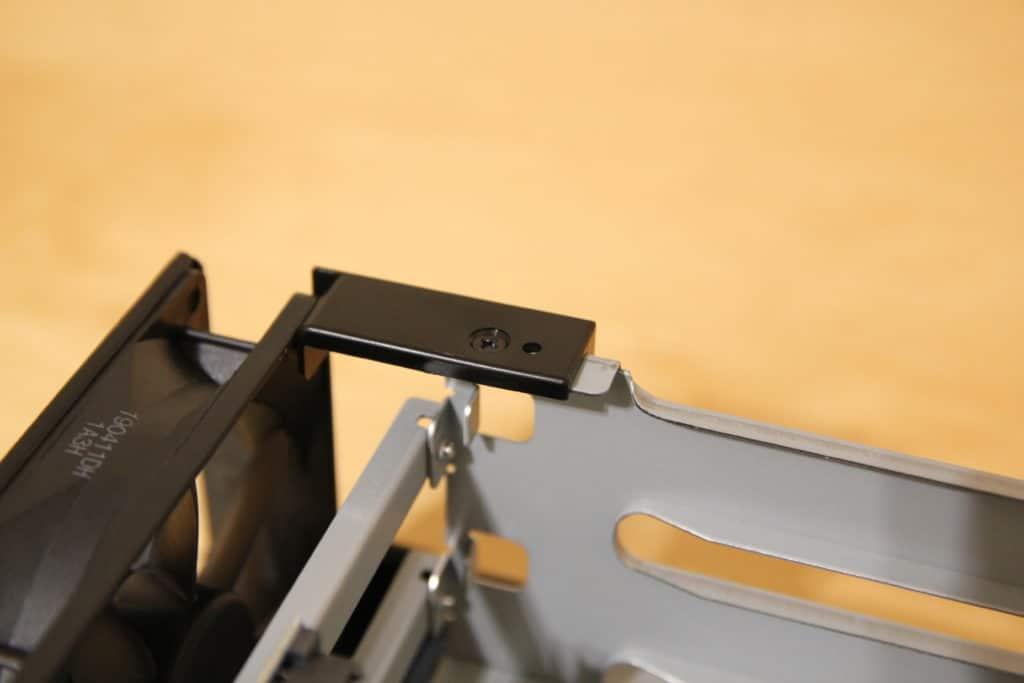 Letzte Schraube lockern und Halterung entfernen